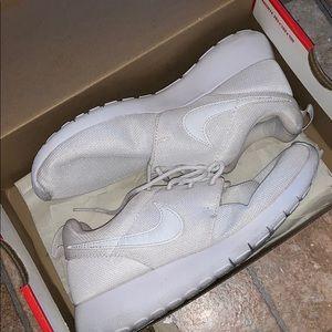 ALL WHITE NIKE ROSHES